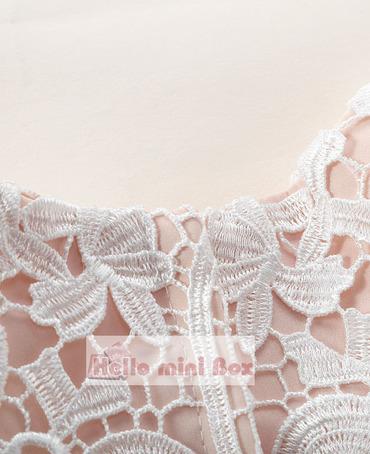Mäkké vysokokvalitné šaty s krúžkami z chemickej krajky s pásmi a klobúkom