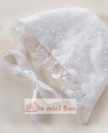 Arkada büyük bir yay ile narin çift dantel vaftiz elbise