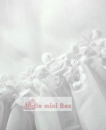 Jednoduché štýlové krstné šaty s dekoratívnymi kvetmi v páse a rukávoch
