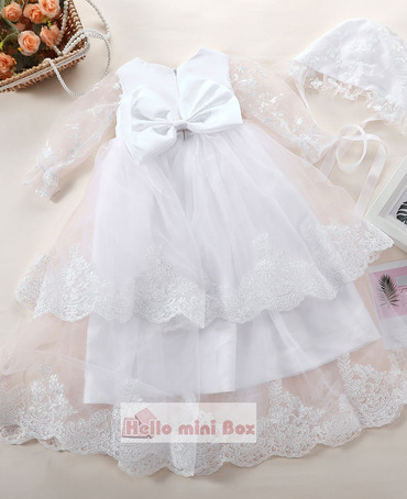 Prekrasna haljina krštenja dvostrukom čipkom s velikim lukom na leđima