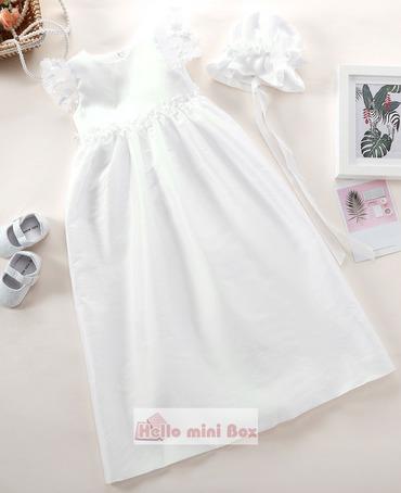 Stil rochie de botez simplu, cu flori decorative pe talie și mâneci