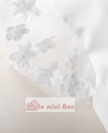 Egyszerű stílusú keresztelőruha dekoratív virágokkal a derékon és az ujjakon