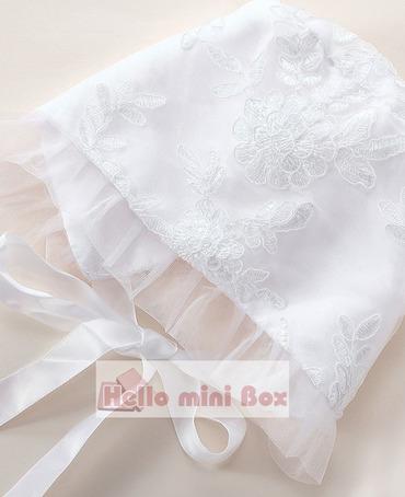 Klasyczna sukienka z długim rękawem i koronkowym chrztem oraz koronkową czapeczką
