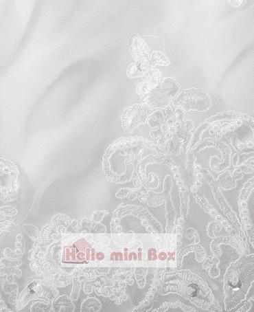 Abito da battesimo in madreperla con decorazione di perle a forma di foglia di loto