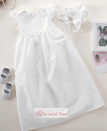 Vestido de batizado estilo simples com flores decorativas na cintura e mangas
