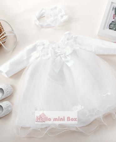 O rochie de botez scurtă, netedă, cu flori și arcuri pe piept